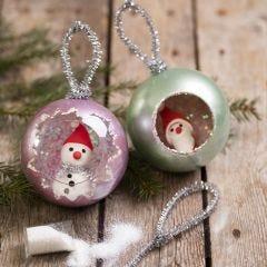 Julekuler dekorert med metall maling, glitter og minifigurer av Silk Clay
