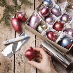 Julekuler av tre dekorert med Art Metal maling og folie
