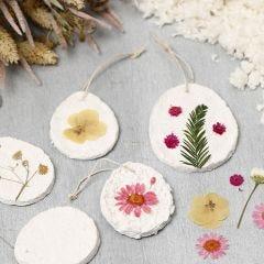 Oppheng av pappmaché pulp dekorert med tørkede blomster