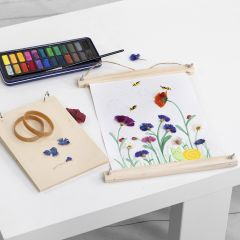 Akvarellbilder med pressede blomster limt på