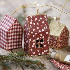 Julehus av kartong og stoff dekorert med glimmer til oppheng
