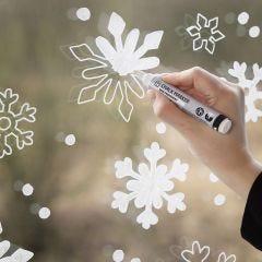 Snøfnugg vindusdekorasjon med kritttusj
