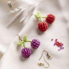 Øreringer med kirsebær av rocaiperler