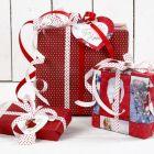 Juleinnpakning i rødt og hvitt