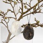 Oppheng av egg med perlehønsfjær i lag