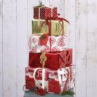 Gaveinnpakning til jul med papir og pynt i design fra Vivi Gade