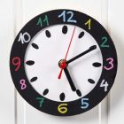 Vegg-klokke med malt skive og ramme