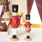 Nøtteknekker-figur av tre dekorert med Plus Color