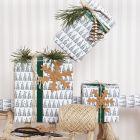 Julegaveinnpakning med grantre motiv og pynt i lærpapir