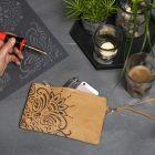 Lærpapir clutch pyntet med etnisk mønster laget med sviapparat