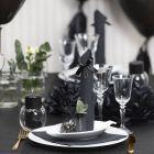Borddekking og bordpynt i svart med papirblomster, ballonger, serviett brettet som tårn og bordkort