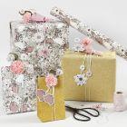 Gaveinnpakking med blomster merkelapper og blomster av silkepapir