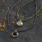 Halskjede av rocaiperler med krystallsten smykkeanheng