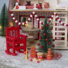Nissen pynter huset til julenissen