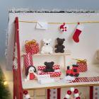 Nissen lager gaver i huset til julenissen.