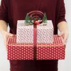 Gaveinnpakning med bue av gavebånd og minifigurer