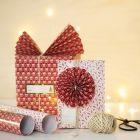 Julegaveinnpakning med papirvifte og -rosette