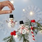 Snømenn av Foam Clay til oppheng samt julestrømpe og bær av Silk Clay
