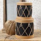 Pappesker dekorert som trommer med lærpapir, ringer og natursnor