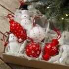 Trefigurer og julekuler med oppheng dekorert med hobbymaling