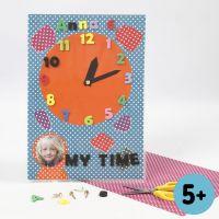 Klokke av Colorbar kartong med tall av utstanset mosgummi