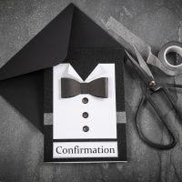 Svart/Hvit konfirmasjonsinnbydelse med skjorte og sommerfugl i strukturpapir med knapper av rhinsten