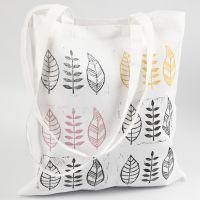 Hjemmelaget stempeltrykk av blad på tekstil