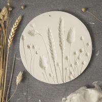 Plate av selvherdende leire med avtrykk av tørkede blomster