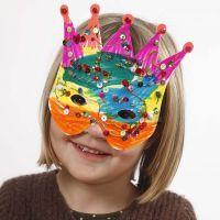 Pappmasker dekorert med tusj og paljetter