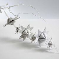 Guirlander av flettede stjerner med pyramideform