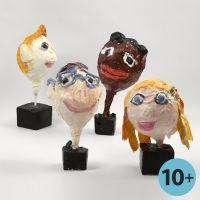 Hode med ansiktstrekkk, laget av ballong med pappmache