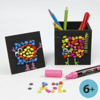 Svartmalt blyantholder og collageramme med mosaikk og grafikk