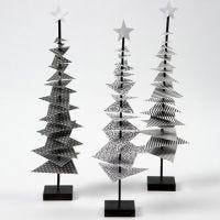 Juletre av designpapir på pinne med fot
