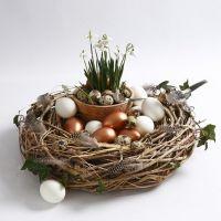Krans av greiner, pyntet med fugl, fjær og egg