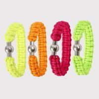 Knyttet armbånd av neonfarget imitert fallskjermsnor