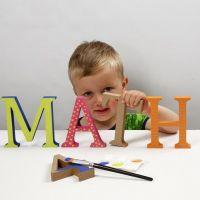 Malte og mønsterdekorerte bokstaver av tre