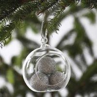 Glasskule med fyll av sølvglitrende kuler