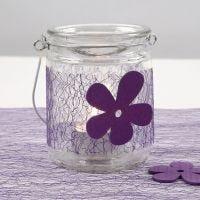 Lysglass med belte av lilla nett, isat treblomst