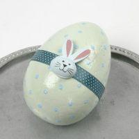 Pastellmalt egg med magebelte og tresticker