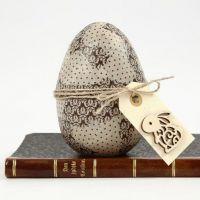 Decoupage på egg med hampbelte, pyntet manillamerke satt på
