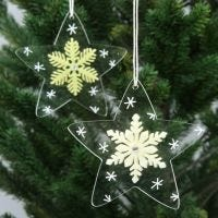 Stjerner av akryl pyntet med krystaller av filt og tegnet grafikk