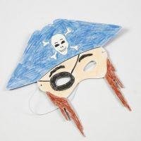 Fargelegging med blyanter på maske av kartong