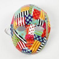 Decoupage av mønstrete glanspapir på maske