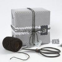 Innpakning med gavepapir og pynt i design fra Vivi Gade