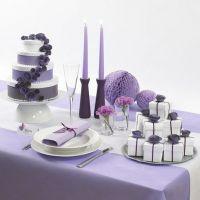 Forloren bryllupskake av hvite esker med papirblomster og bånd