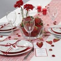 Meny og bordkort pyntet med 3D jordbær av strukturpapir