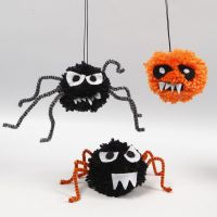 Kryb til Halloween af pomponer, chenille og filt