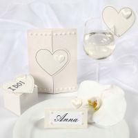 Satenghjerter på innbydelse og bordpynt til bryllup