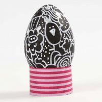 Doodling på egg av svart plast