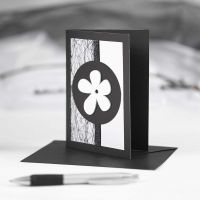 Svart brevkort med pynt i svart og hvitt